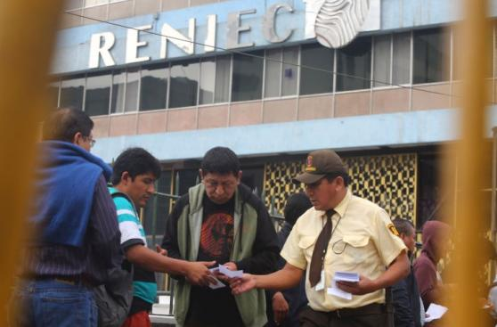 Elecciones 2016: largas colas para recoger DNI en Reniec