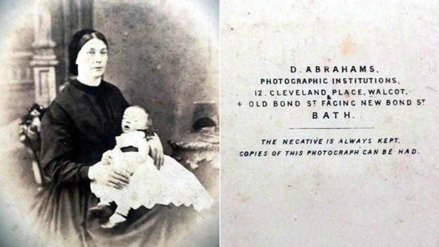 Los estudios fotográficos imprimían las imágenes en tarjetas que le entregaban a los deudos para sus amigos y familiares.
