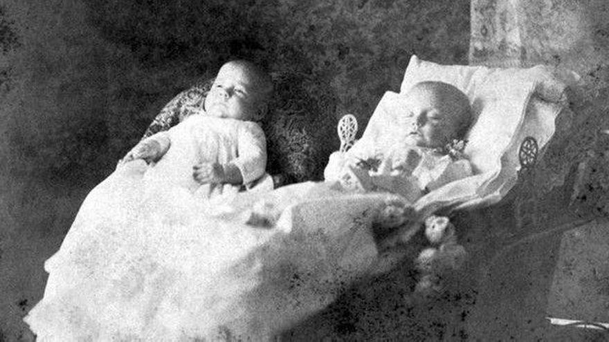 En este caso, uno de los gemelos murió y el otro sobrevivió. El muerto está rodeado de flores.