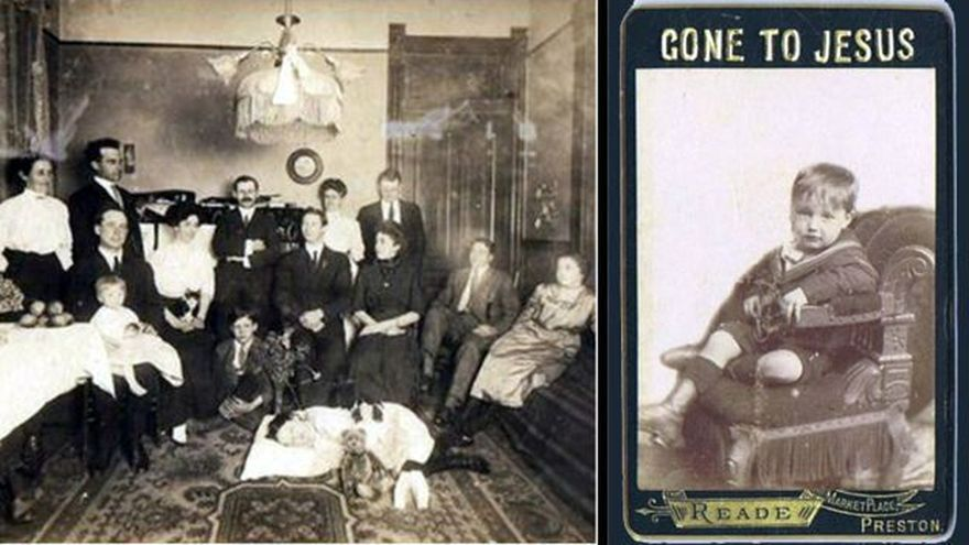 Todos los miembros del hogar, incluido el gato, se reúnen en torno al niño muerto que está en el suelo como si se hallara dormido.