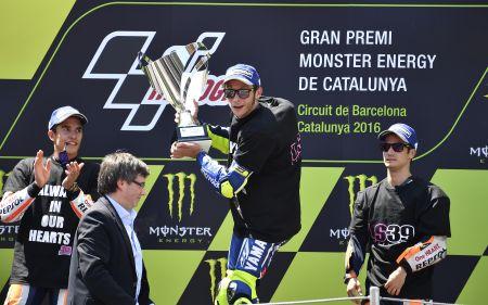 El final de la carrera fue muy apretado entre Rossi y Márquez. (Fotos: DPPI)