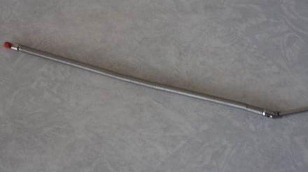 La fuente radiactiva sustraída del hospital Rebagliati es de 2 cm. de longitud por 0,2 cm. de diámetro y se encuentra  unida a un alambre metálico de forma espiral de 15 cm de longitud y un diámetro  de 0.4 cm, es muy parecida a la antena de un radiotransmisor.