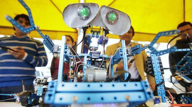 Resultado de imagen para fotos de jovenes peruanos que crearon un robot