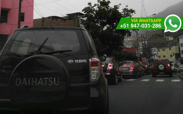 Autos se topan con pista bloqueada a la salida de San Juan de Lurigancho (Foto: WhatsApp El Comercio)