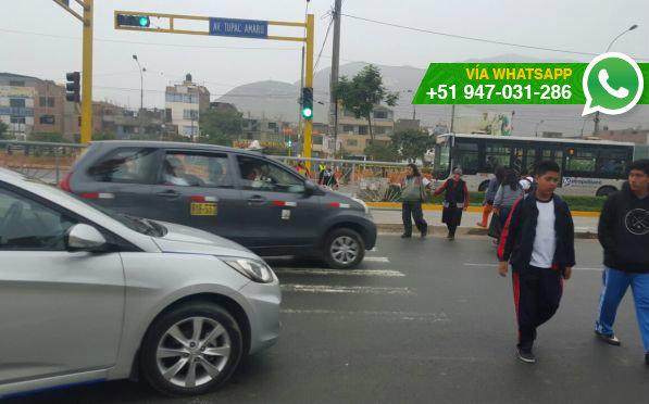 Rejas bloquean el paso peatonal, aún pintado en la pista (Foto: WhatsApp El Comercio)