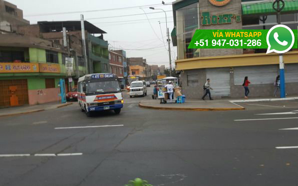Autos y buses no respetan sentido en avenida Perú (Foto: WhatsApp El Comercio)