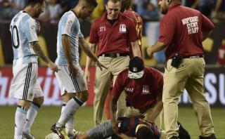 Agüero cogió celular de hincha para tomarle una foto con Messi