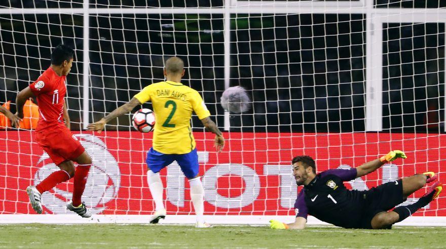Raúl Ruidíaz y el cuadro x cuadro del polémico gol a Brasil que lo dejó fuera de la Copa América 2016. (Foto: Reuters)