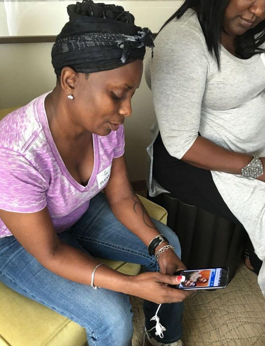 La madre de Eddie Justice, Mina, le muestra a los reporteros fotos de su hijo.