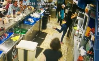 De esta forma una mesera evitó que se rompa una taza [VIDEO]