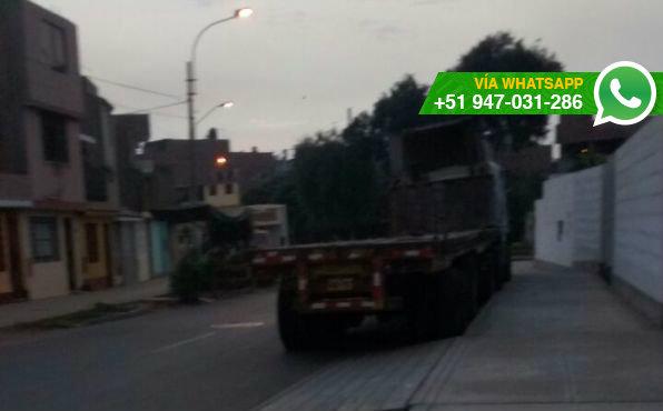 Camiones bloquean avenida Canadá, en Callao (Foto: WhatsApp El Comercio)