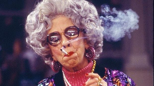 Ann Morgan Guilbert como la abuela Yetta en la serie