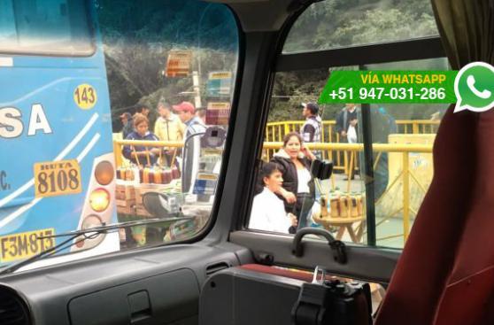 Ambulantes ofrecen comida en plena pista del puente Primavera