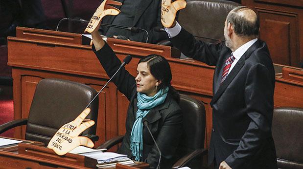 Así llegó Verónika Mendoza a la última sesión del pleno del Congreso, realizada ayer. (Foto: El Comercio)