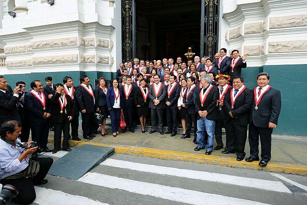 Esta es una de las fotografías que ayer se sacaron los congresistas, en el último día de sesión plenaria. Ahí, aparece Virgilio Acuña en jeans. (Foto: Congreso)