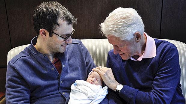 Marc Mezvinsky sostiene a su hijo junto a su suegro Bill Clinton. (Reuters)