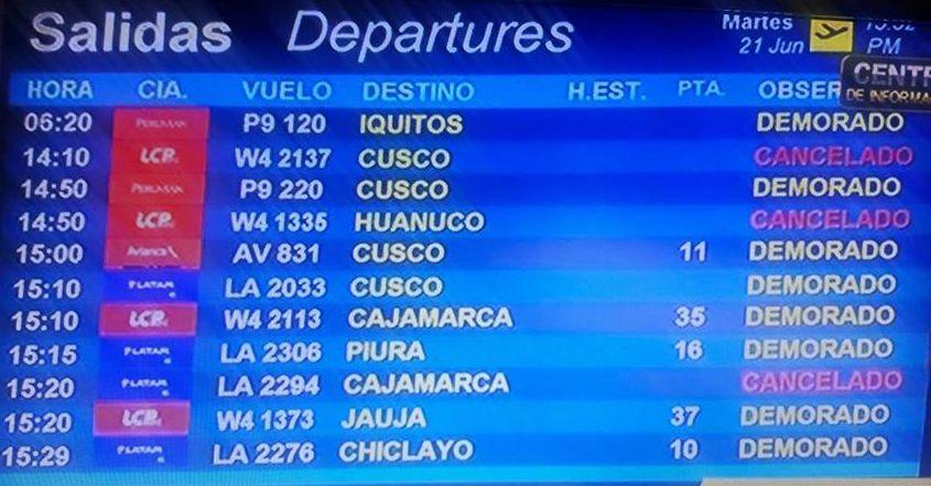 Imagen de los tableros con los horarios afectados esta tarde por el incidente en el aeropuerto Jorge Chávez. (WhatsApp / El Comercio)