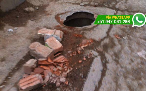 Peligroso hueco en pista de Puente Piedra (Foto: WhatsApp El Comercio)