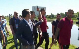 Eurocopa 2016: Cristiano lanza al agua micrófono de reportero