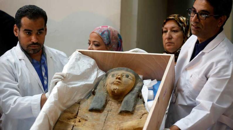 Expertos egipcios en antigüedades muestran la tapa del sarcófago durante la presentación hecha en Israel, desde donde se repatriarán hacia el Museo de El Cairo. (Foto: Reuters)