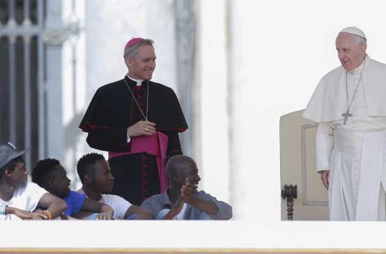 Francisco oficia audiencia semanal junto a refugiados africanos