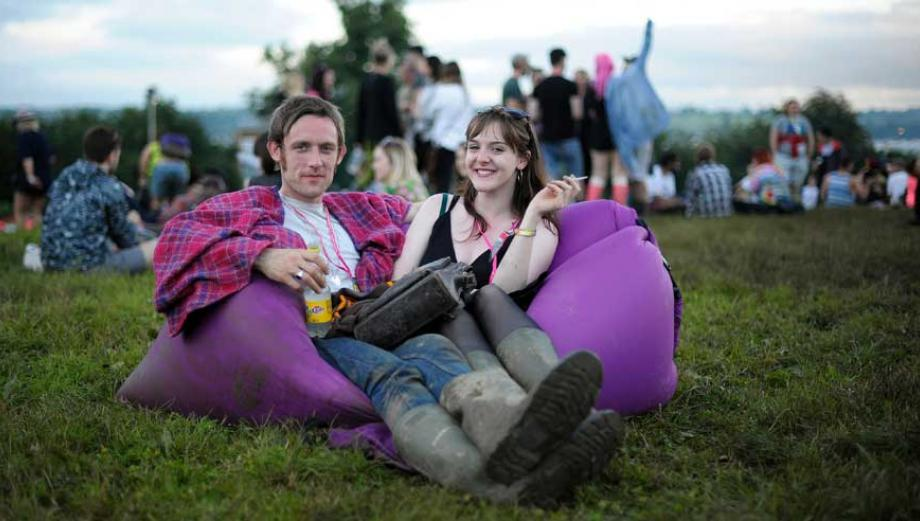 Festival Glastonbury 2016 inicia con lluvias y lodo
