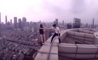 Jóvenes desafían la altura al borde de un rascacielos [VIDEO]