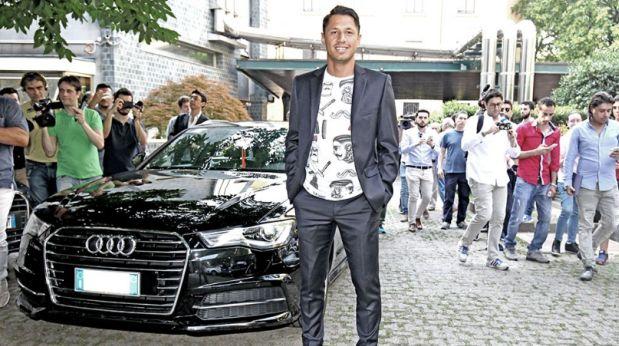 Gianluca Lapadula posó con su nuevo auto Audi. (Foto: Twitter Milan)