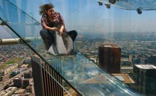 Así es resbalarse por el tobogán transparente de Los Ángeles