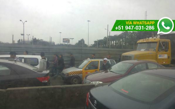 Peatones tienen que caminar entre los autos debido a falta de mallas de seguridad (Foto: WhatsApp El Comercio)