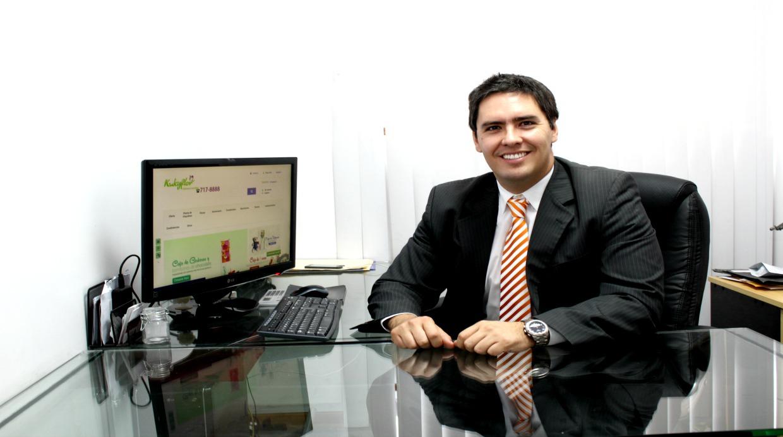 Martín Mendoza del Solar en la oficina central de Kukyflor, ubicada en Miraflores. Fue su tío quien empezó el negocio hace más de 20 años y quien logró que Erasmo Wong le diera un espacio en sus supermercados. (Foto: Difusión)