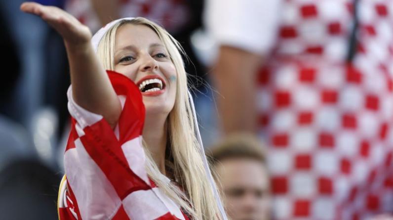 Las atractivas hinchas de Croacia y Portugal se dieron cita en el duelo de octavos de la Eurocopa 2016. (Foto: AFP/Reuters)
