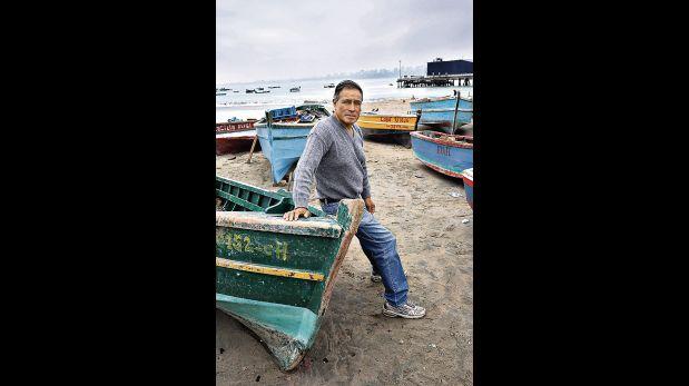 Arsenio Ayaucán pesca desde los 14 años, una tarea que lo obliga a salir de madrugada para ganarse la vida en el mar. (Alonso Chero / El Comercio)