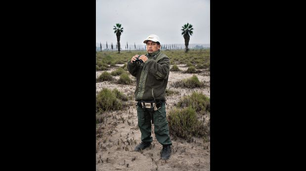 Georgy León es guardaparques en los Pantanos de Villa. Ya se ha acostumbrado a patrullar en las madrugadas.  (Eduardo Cavero / El Comercio)