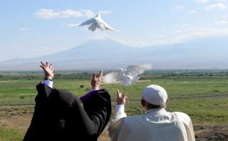 Papa y patriarca armenio liberan palomas blancas hacia Turquía
