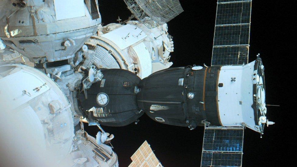 La cápsula Soyuz, acoplada a la estación Mir, ofrecía el único escape en caso de emergencia.