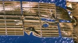 La nave Progress golpeó uno de los paneles solares y el impacto rajó el casco del módulo, produciendo un escape de aire.