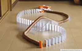 """Impresionante circuito """"magnético"""" se hizo con fichas de dominó"""