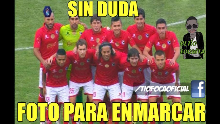 Los memes de Ronaldinho con camiseta de Cienciano [FOTOS]