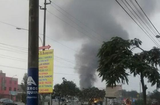 Incendio en Comas destruyó fábrica de thinner [FOTOS]