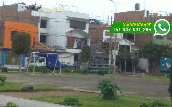 Estructuras de metal bloquean pista y vereda en urbanización Santa Rosa (Foto: WhatsApp El Comercio)