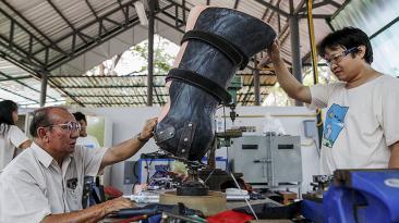 Crean prótesis para la pata de una elefante en Tailandia