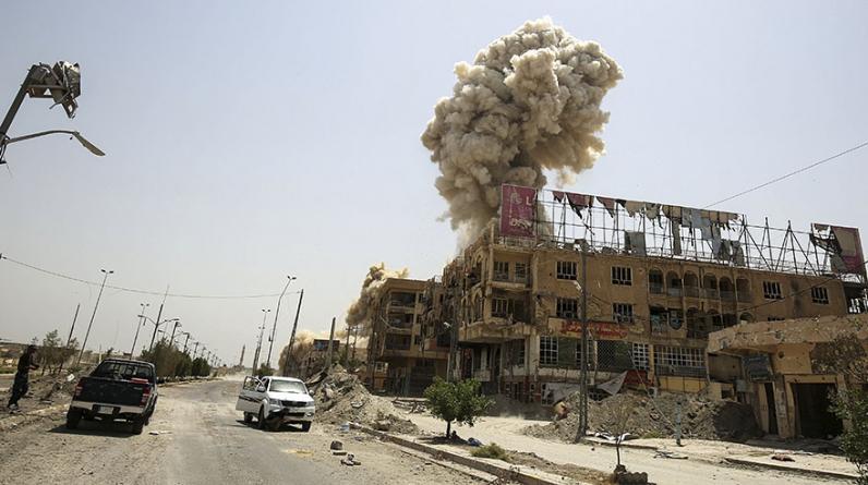 El humo se eleva desde un edificio en la ciudad de Faluya tras la explosión de una bomba en un ataque contra el Estado Islámico. (Foto: AFP)