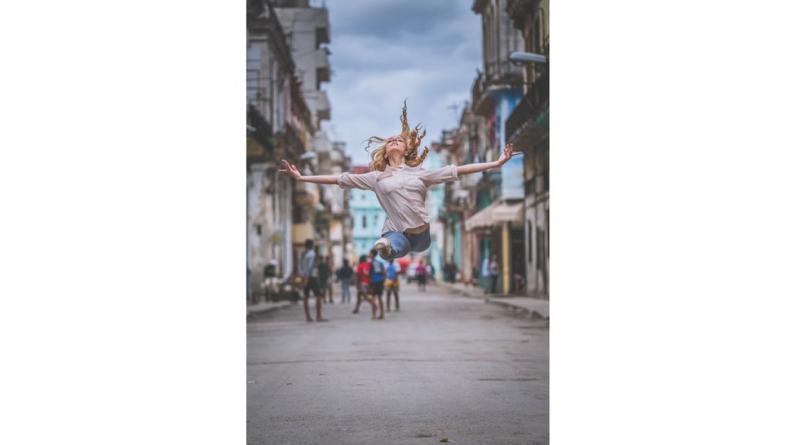 En medio de las calles de La Habana, la bailarina Laura Tosar posa para el fotógrafo Omar Z Robles, famoso por sus retratos de bailarines en medio de centros urbanos.