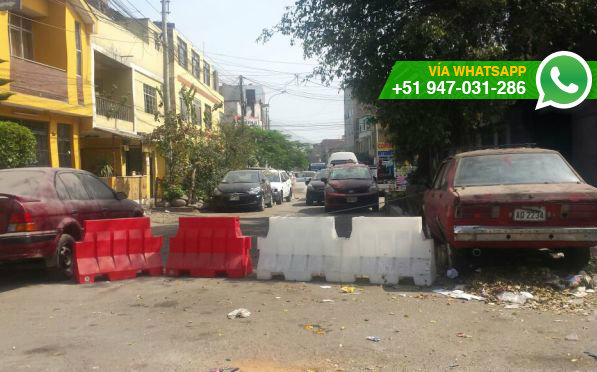 Calle de SJL es usada como cochera (Foto: WhatsApp El Comercio)