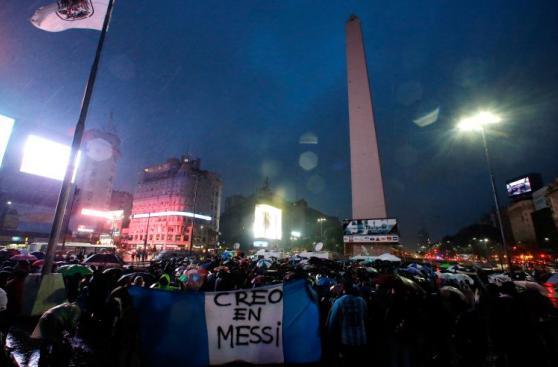 Cientos marchan bajo tormenta para que Messi no deje Argentina