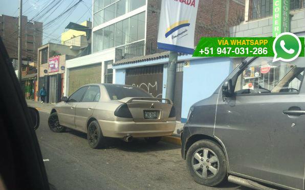 Autos siguen estacionando en cuarto carril de la Av. Canadá (Foto: WhatsApp El Comercio)