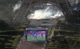 Policía lanza gases lacrimógenos a hinchas en la Torre Eiffel