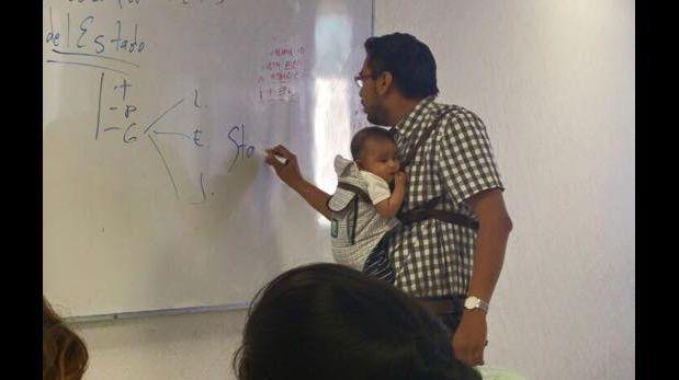 Maestro carga el bebé de una alumna para que no pierda clases