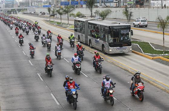 Fiestas Patrias: motociclistas forman bandera de 5 kilómetros